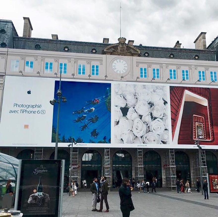 Campagne publicitaire affichée Gare Saint-Lazare à Paris et sur le site de la marque Apple